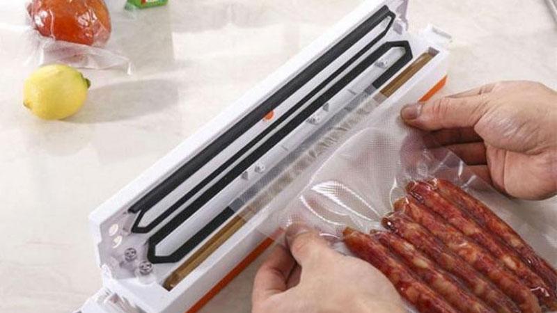 упаковывать в пакет продукты