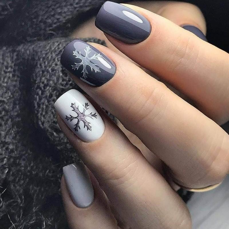 Серебристый, белый и серый новогодний маникюр